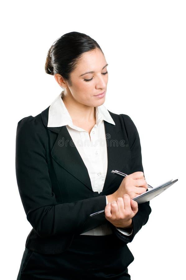 Geschäftsfrau, die Kenntnisse über Klemmbrett nimmt lizenzfreies stockfoto