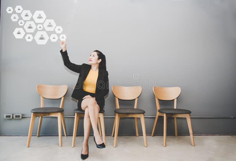 Geschäftsfrau, die Knopf mit Kontakt auf virtuellem Schirm bedrängt Geschäft, Technologie, Internet stockfotos