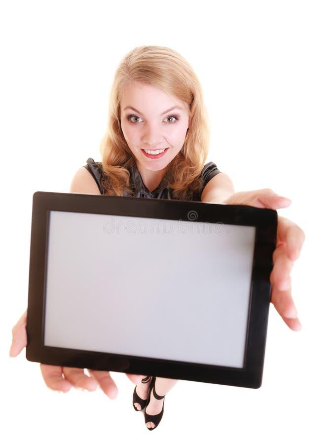 Geschäftsfrau, die Kopienraum auf Tablettenberührungsfläche zeigt lizenzfreie stockfotografie