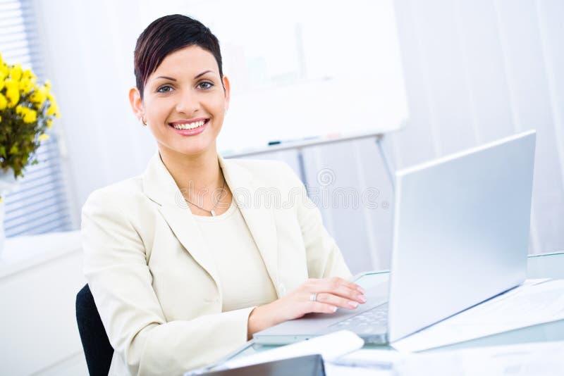 Geschäftsfrau, die an Laptop arbeitet stockbilder