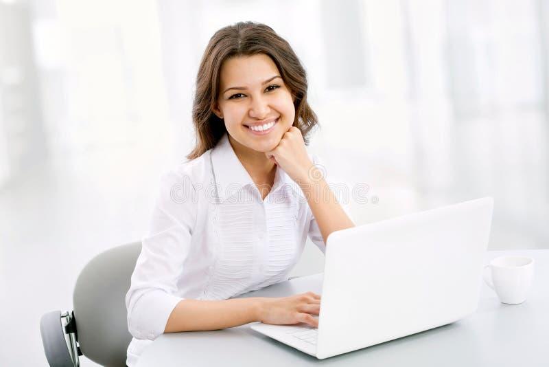 Geschäftsfrau, die am Laptop arbeitet lizenzfreie stockfotos