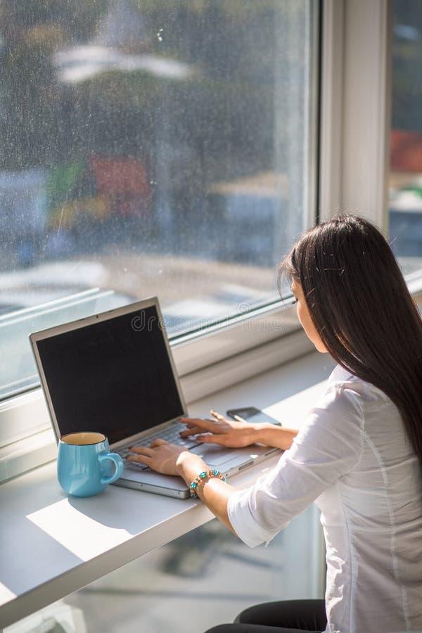 Geschäftsfrau, die an Laptop-Computer arbeitet lizenzfreies stockfoto
