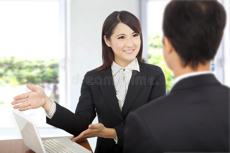 Geschäftsfrau, die am Laptop darstellt stockfotografie
