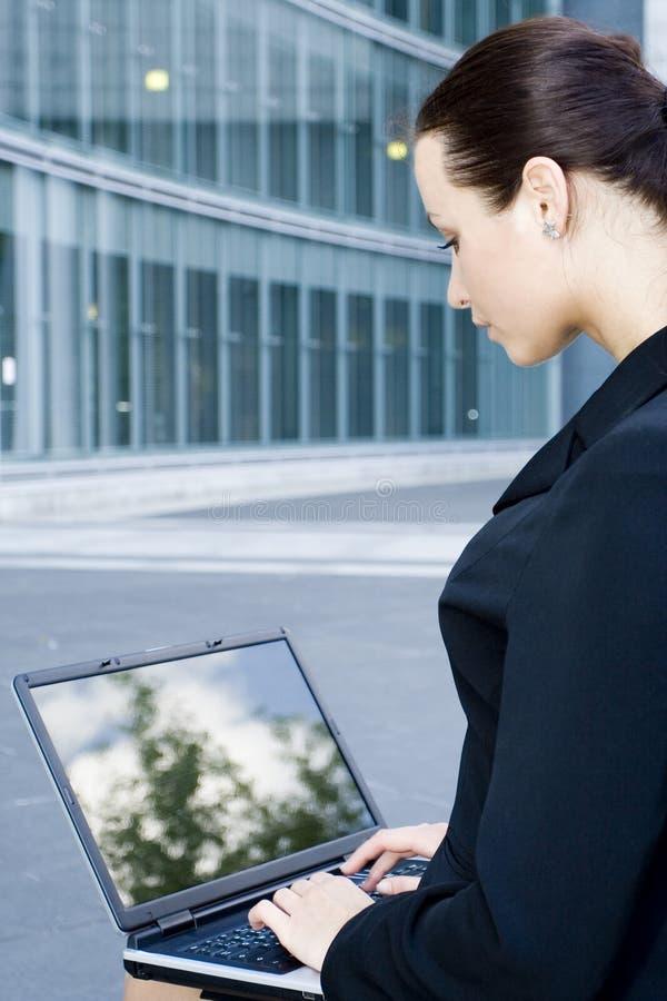 Geschäftsfrau, die Laptop verwendet lizenzfreie stockfotos