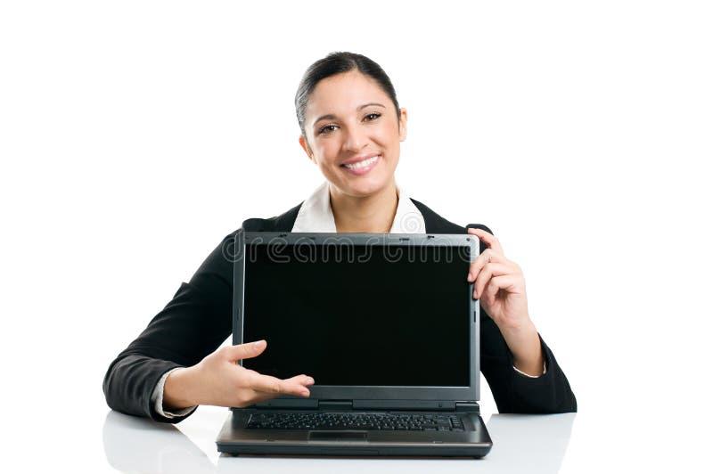 Geschäftsfrau, die Laptopbildschirm zeigt lizenzfreie stockfotografie