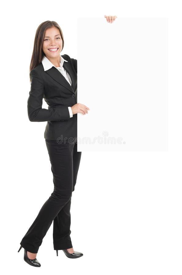Geschäftsfrau, die leeres Anschlagtafelzeichen anhält lizenzfreie stockbilder