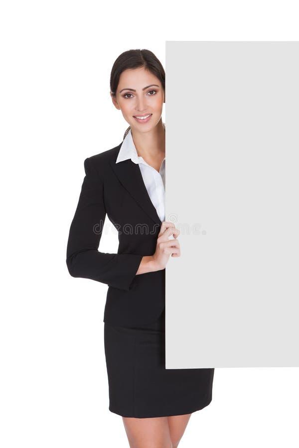 Geschäftsfrau, die leeres Plakat hält lizenzfreie stockfotografie
