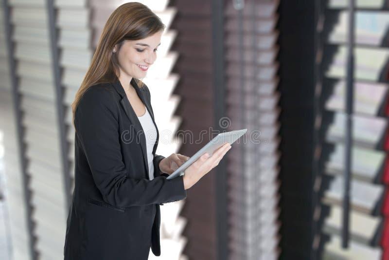 Geschäftsfrau, die mit Computertablette im Büro arbeitet lizenzfreie stockfotografie