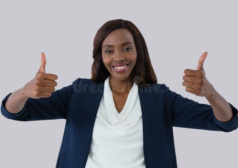 Geschäftsfrau, die mit den Daumen oben lächelt lizenzfreie stockfotografie