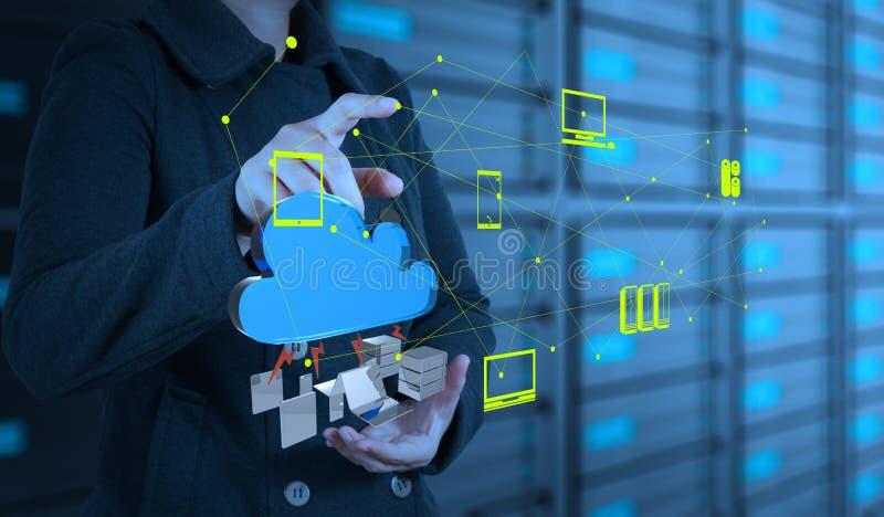 Geschäftsfrau, die mit einem Datenverarbeitungsdiagramm der Wolke arbeitet