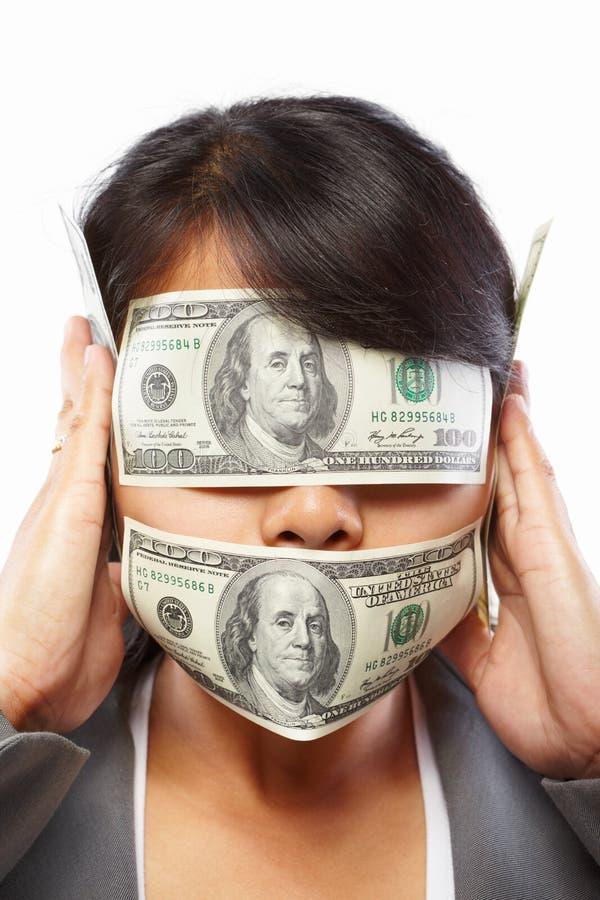 Geschäftsfrau, die mit Geld blind gemacht wird lizenzfreies stockbild