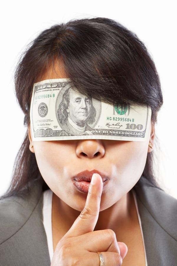 Geschäftsfrau, die mit Geld blind gemacht wird lizenzfreie stockbilder