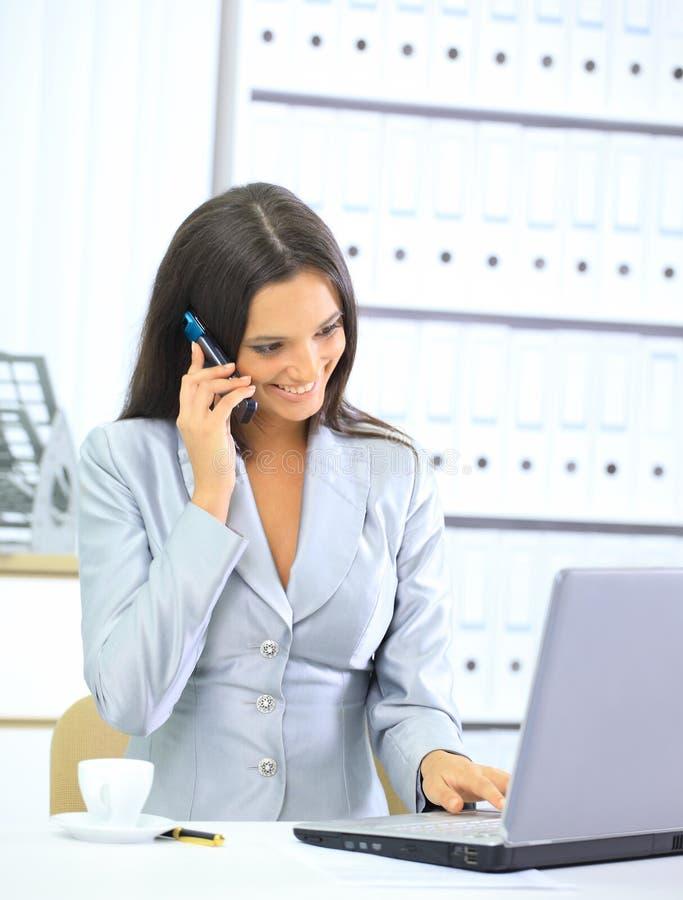 Geschäftsfrau, die mit Laptop arbeitet lizenzfreie stockfotos