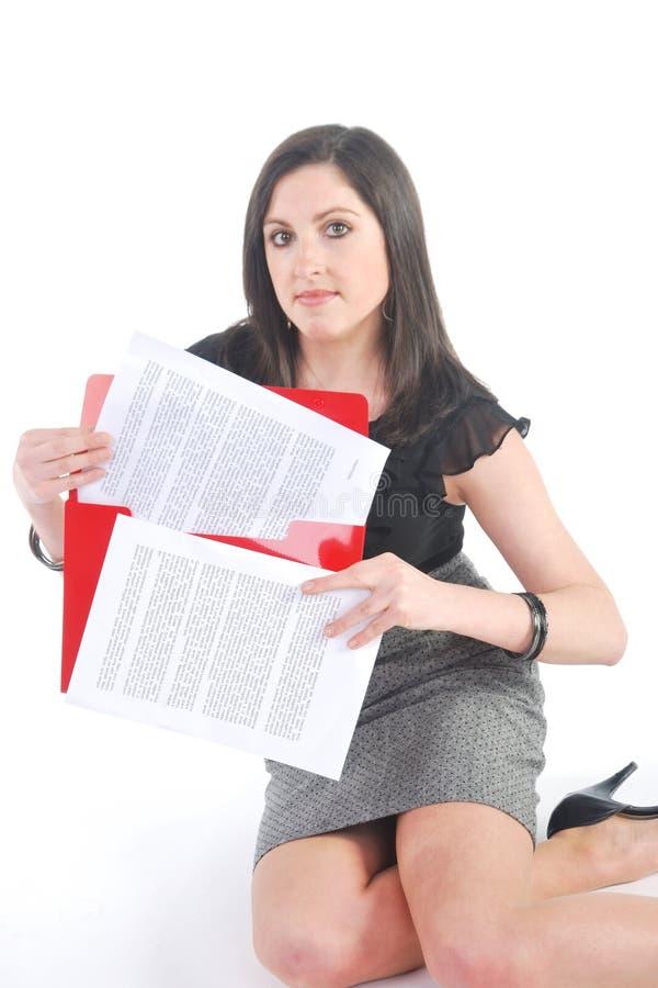 Geschäftsfrau, die mit Papieren knit stockfotos