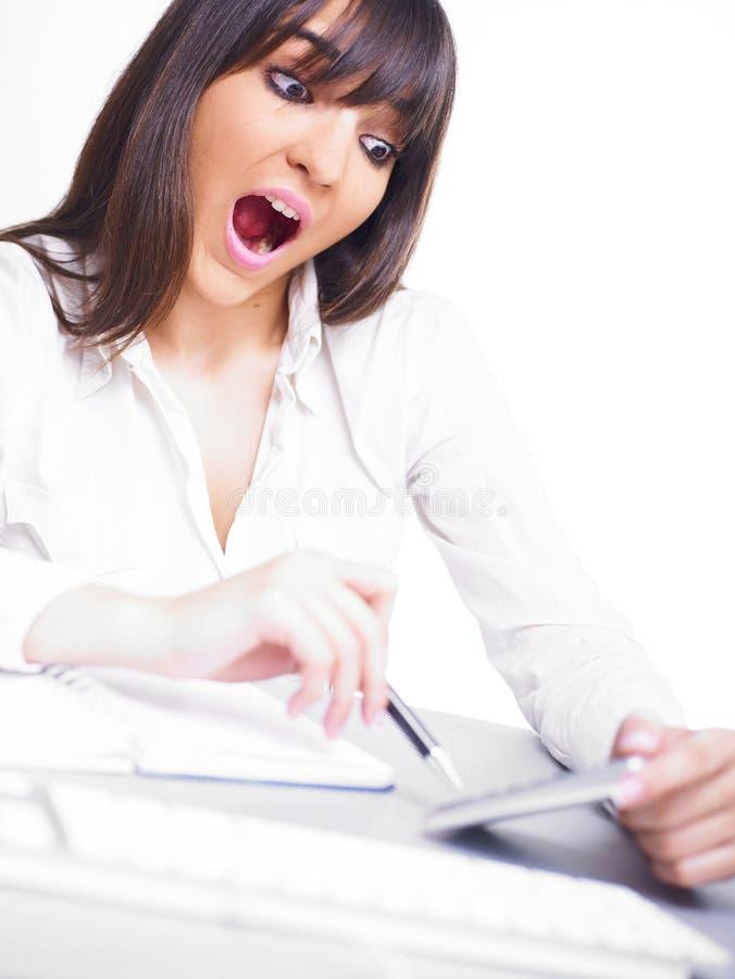 Geschäftsfrau, die mit Rechner berechnet stockfoto