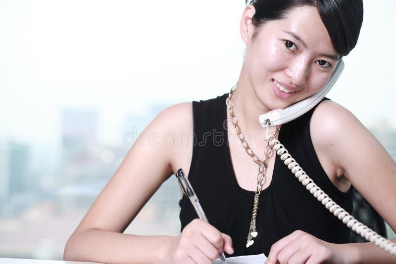 Geschäftsfrau, die mit Telefon arbeitet lizenzfreies stockfoto