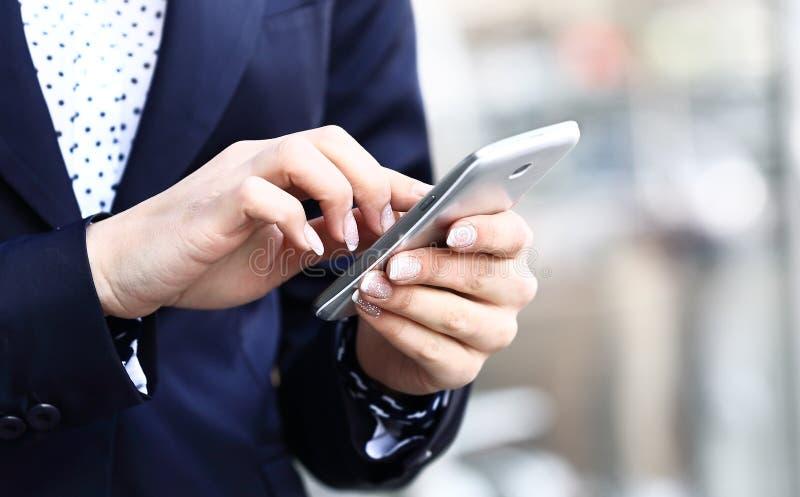Geschäftsfrau, die Mobile verwendet stockfotos