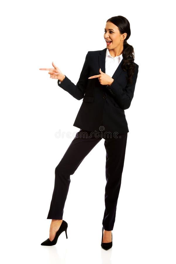 Geschäftsfrau, die nach links zeigt stockfotografie