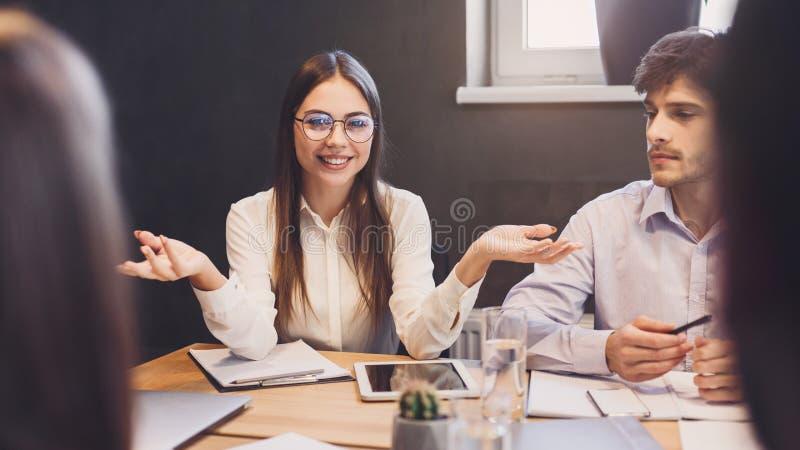 Geschäftsfrau, die neue Ideen Kollegen am Treffen erklärt lizenzfreie stockfotografie