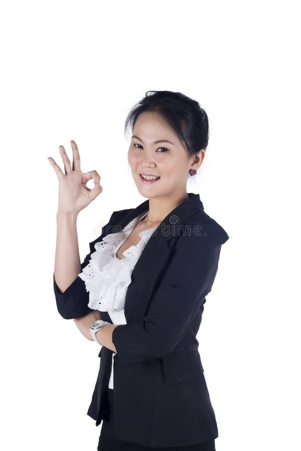 Geschäftsfrau, die OKAYzeichen anzeigt stockbild