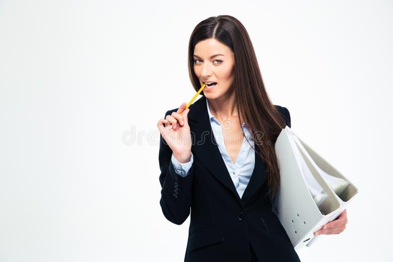 Geschäftsfrau, die Ordner und beißenden Bleistift hält lizenzfreies stockfoto