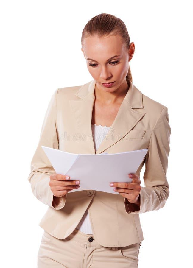 Geschäftsfrau, die Papiere hält stockbilder