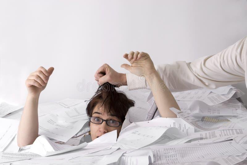 Download Geschäftsfrau, Die In Papiere Sinkt Stockfoto - Bild von einzeln, frustration: 9079966