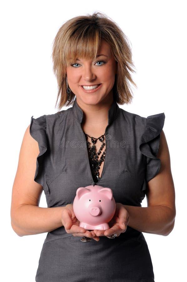 Geschäftsfrau, die Piggy Querneigung anhält lizenzfreie stockfotos