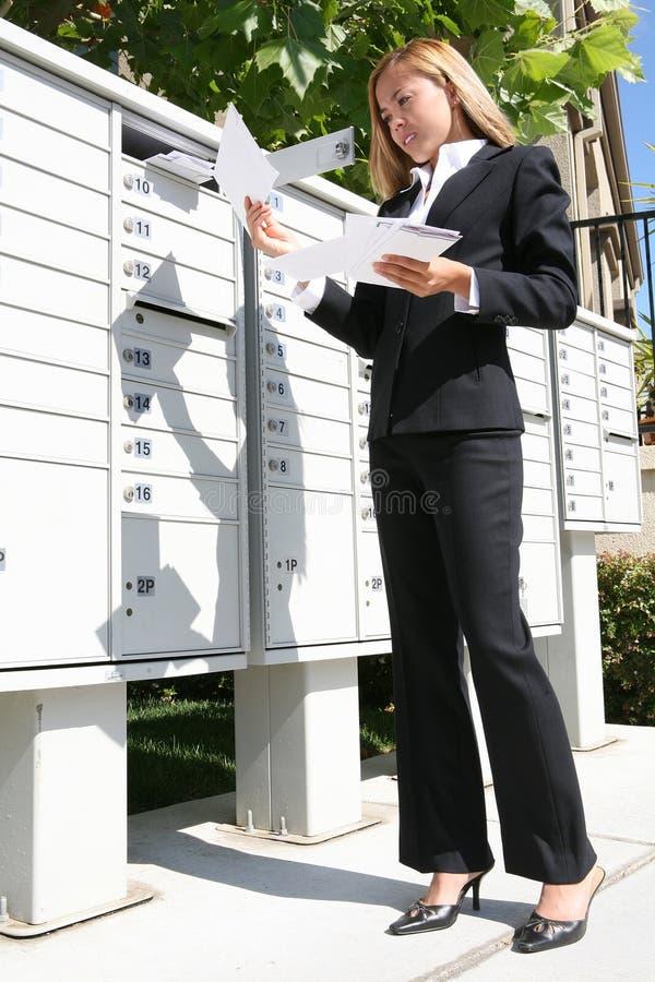 Geschäftsfrau, die Post erhält stockfotos