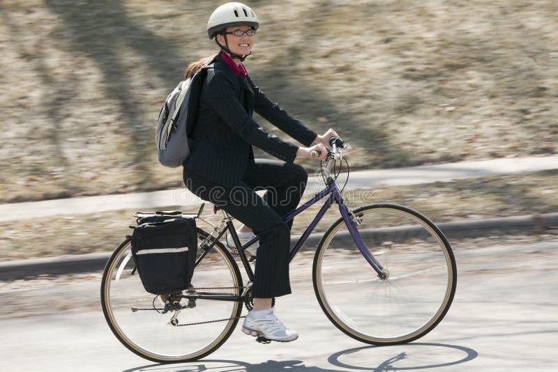 Geschäftsfrau, die radfährt, um zu arbeiten lizenzfreies stockbild