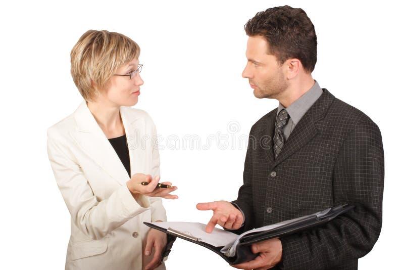 Geschäftsfrau, die Report ihrem Partner vorlegt stockbild