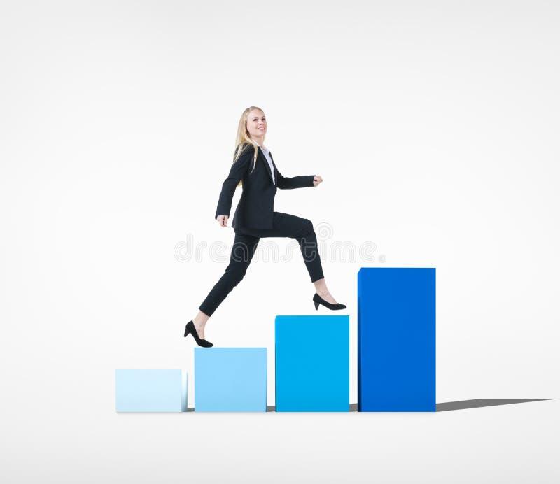 Geschäftsfrau, die in Richtung zum Erfolg auf Diagramm geht stockfotografie