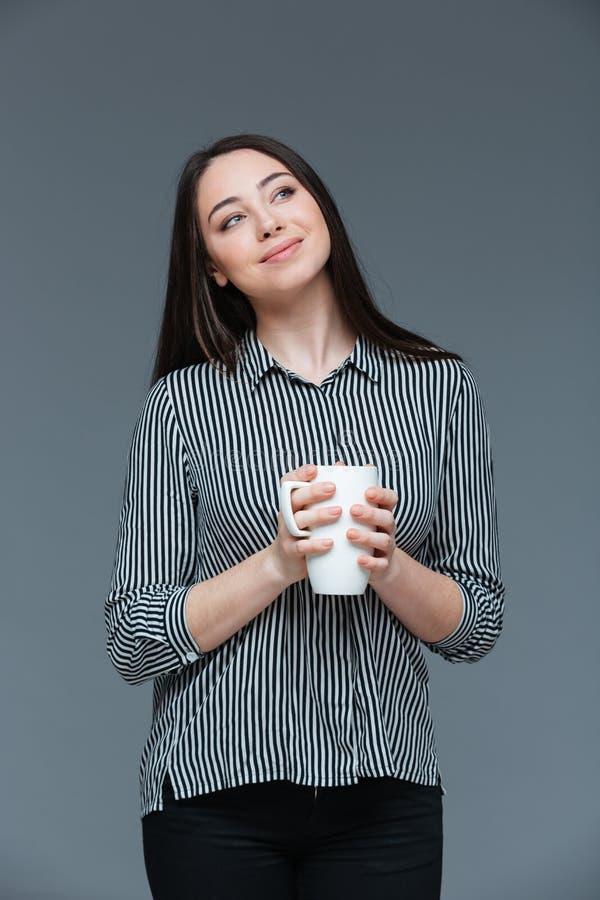 Geschäftsfrau, die Schale mit Kaffee hält stockfotos