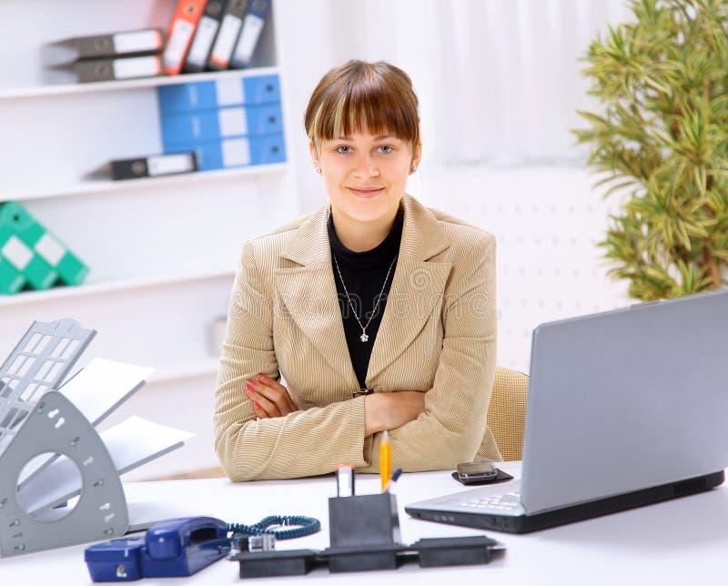Geschäftsfrau, die am Schreibtisch arbeitet stockbilder