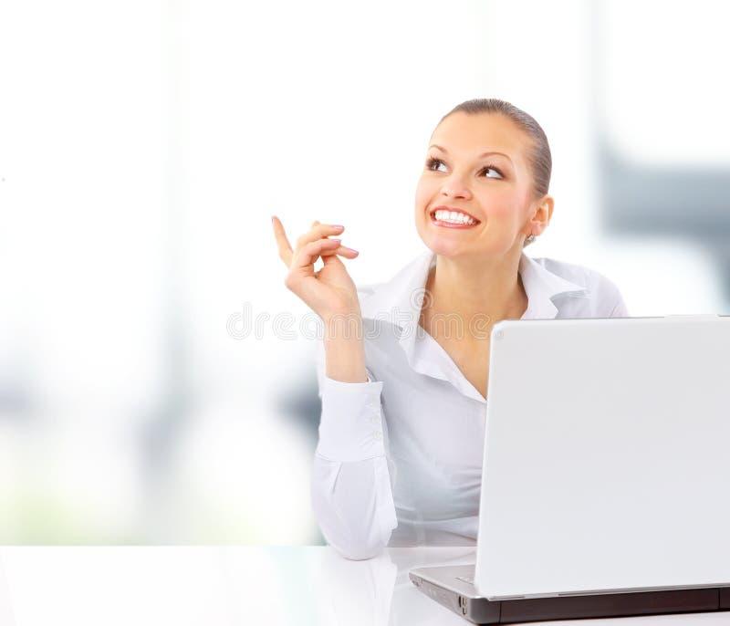 Geschäftsfrau, die am Schreibtisch arbeitet lizenzfreies stockfoto
