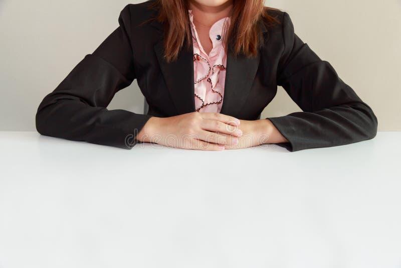 Geschäftsfrau, die am Schreibtisch und an Warteinterviewer - int sitzt stockbilder
