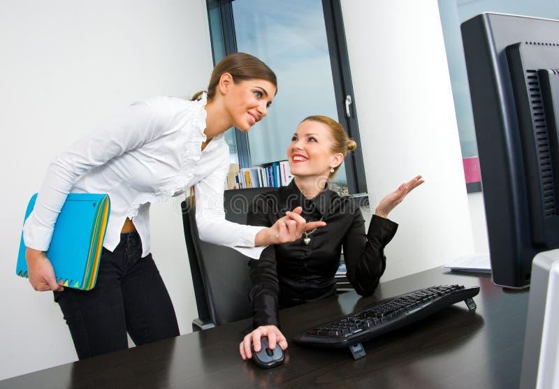 Geschäftsfrau, die am Schreibtischcomputer arbeitet lizenzfreies stockfoto