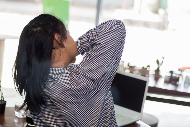 Geschäftsfrau, die schwer bis Nackenschmerzen arbeitet lizenzfreies stockbild