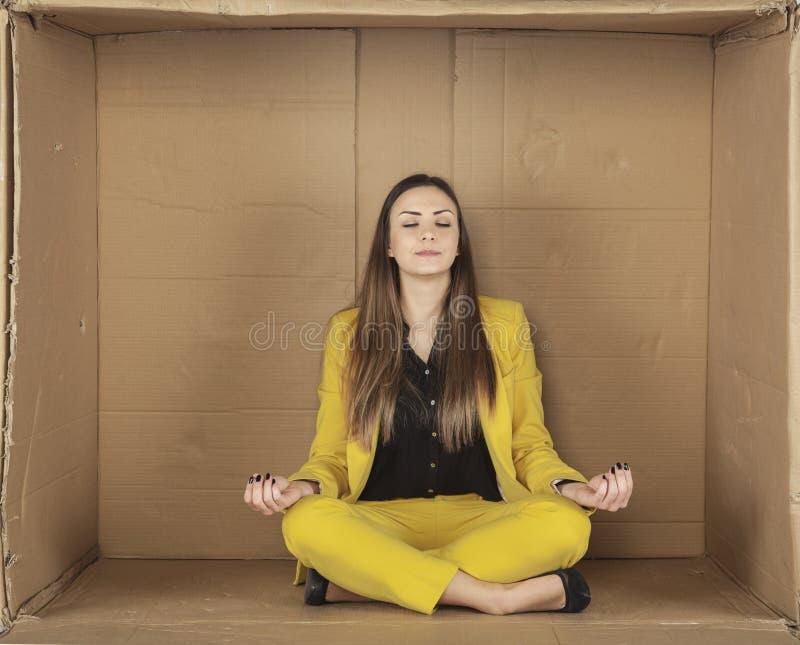 Geschäftsfrau, die in seinem Büro meditiert lizenzfreies stockbild