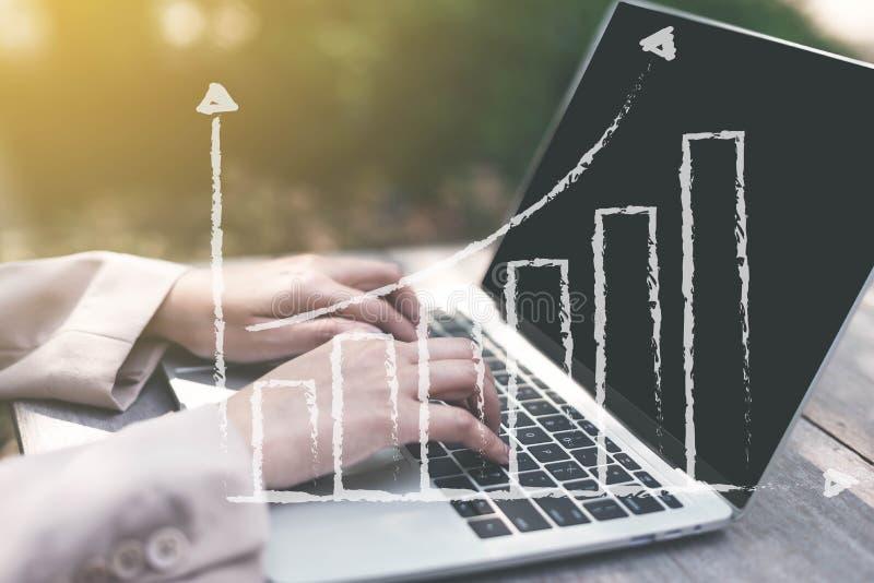 Geschäftsfrau, die Statistiken mit dem Laptopschirm, online arbeitend mit den Finanzdiagrammdiagrammen im Freien, unter Verwendun lizenzfreie stockbilder