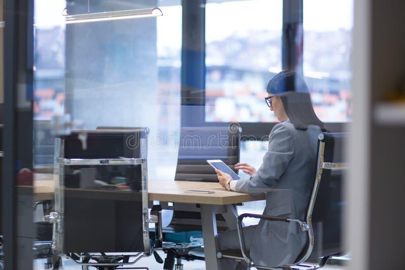 Geschäftsfrau, die Tablette verwendet stockbilder