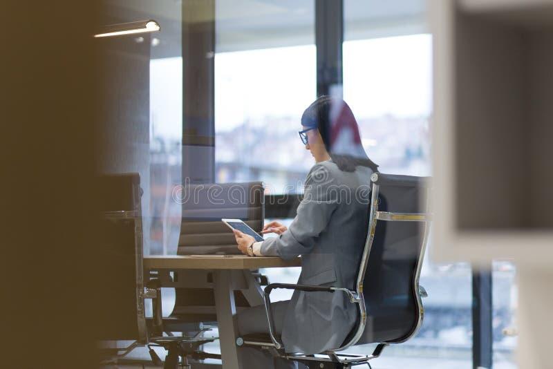 Geschäftsfrau, die Tablette verwendet lizenzfreie stockfotografie