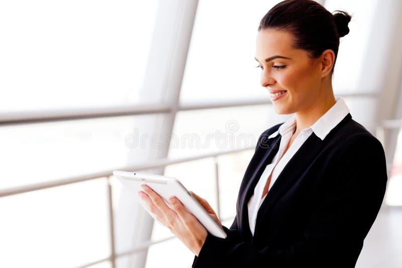 Geschäftsfrau, die Tablette verwendet lizenzfreies stockbild