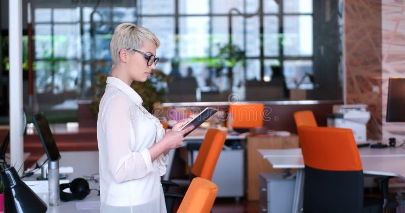 Geschäftsfrau, die Tablette verwendet lizenzfreie stockfotos