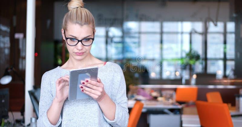Geschäftsfrau, die Tablette verwendet stockbild