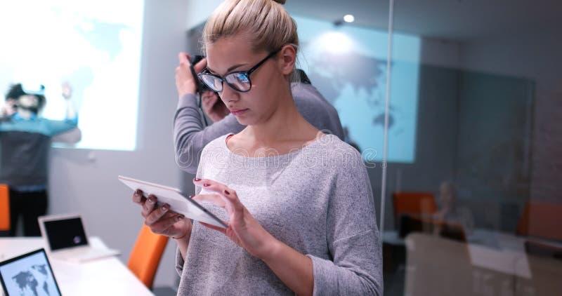 Geschäftsfrau, die Tablette verwendet lizenzfreies stockfoto