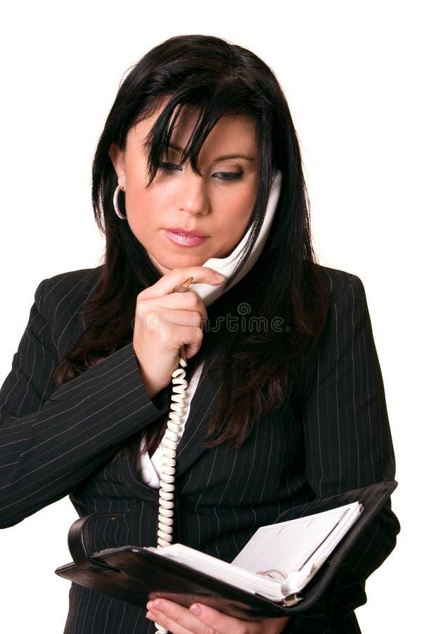 Geschäftsfrau, die Tagebuch überprüft stockfotografie