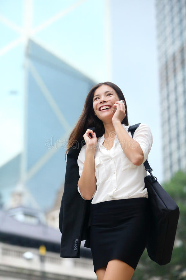 Geschäftsfrau, die am Telefon im Freien, Hong Kong spricht lizenzfreies stockfoto