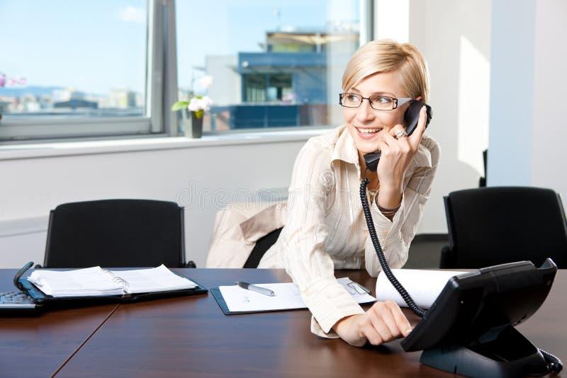 Geschäftsfrau, die am Telefon spricht stockbilder
