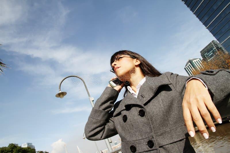 Geschäftsfrau, die am Telefon spricht stockfotos